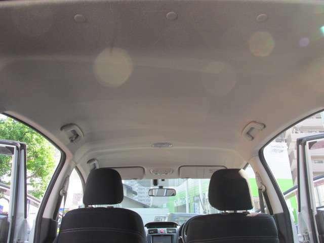 見落としがちな室内天井もご覧のとおり、汚れもなく良いコンディションを保っています。嫌な匂いもございませんよ