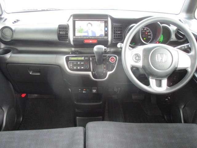 操作性の良いインパネシフトに、パーキングブレーキはフットブレーキタイプなので、運転席と助手席の間は、スッキリしています。