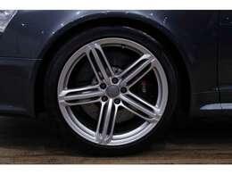 RS6専用20インチアルミホイールは、目立つヨゴレや歪みもなく良い状態です!!