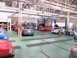 復刻車を製作する自社工場では10台同時整備作業が可能な規模と専門機器類により販売後のアフターフォローは勿論、ネット検索ユーザー様への対応をさせて頂いております。