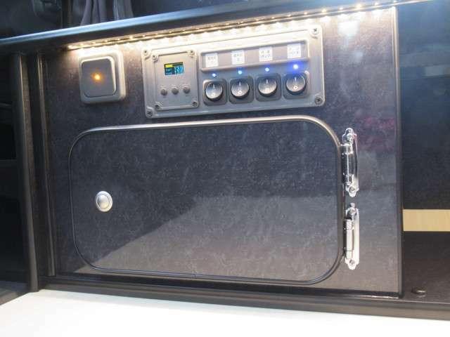 宮大工工法で製作されたローボードには、電装パネル・収納BOX・シューズBOX を組み込んでいます。