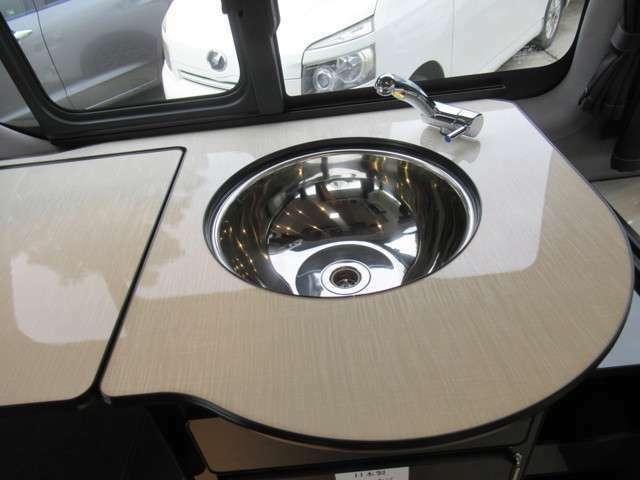 大きめのボール型シンクは蓋付き衛生的でスタイリッシュ。