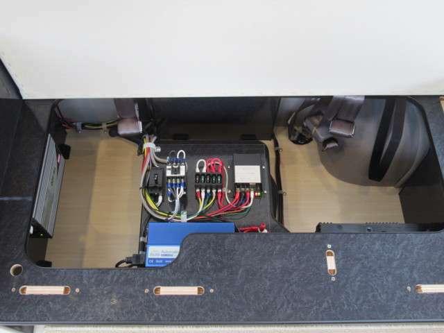 サブバッテリー・充電器等の電源設備もシートの座面下に収納されています。