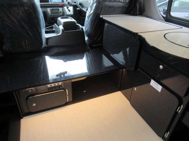 ローボードは、運転席部と後部のアクセスがしやすい高さ設定で作られています。強度の強い「ミゾ・ホゾ」構造で製作された家具は耐久性にも優れています。