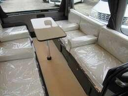 ゆとりのあるダイネットスペースは応接室スタイル。寛ぎの空間は肘掛も標準装備。(ベッド展開時は取り外し可能)