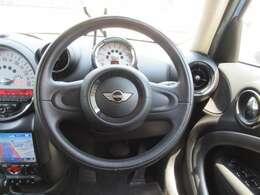 本革巻きステアリング エアバック エンジンプッシュスタートストップ シンプル且つデザイン性の高いコックピットは運転手をワクワクさせてくれますよ♪