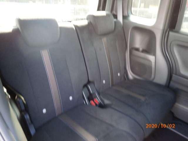 後部座席横に、ドリンクホルダー付いてます。