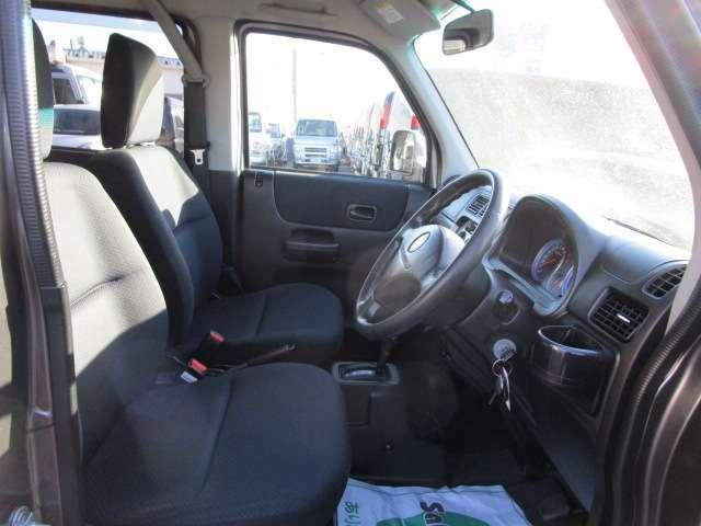 内装はシートを外し、気になる匂いなども残らないよう隅々まできちんとクリーニングしております。