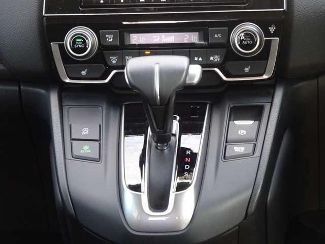 運転席助手席それぞれ独立して温度調節可能なプラズマクラスター搭載フルオートエアコン装備です!温度を決めれば、あとは機械が自動で風量などを調整!