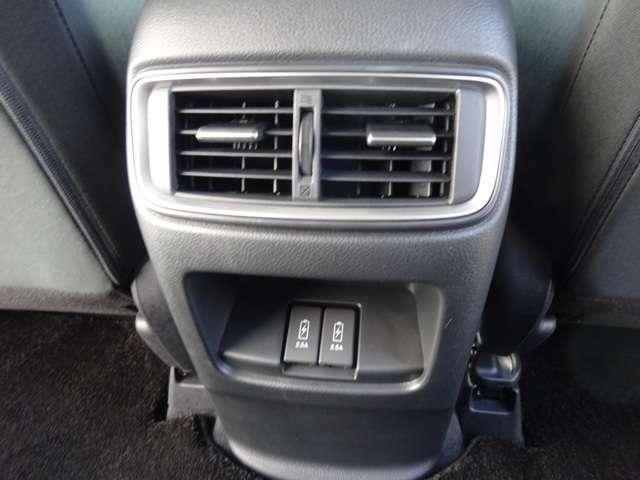 後部座席も快適に!エアコンの吹き出し口と充電用USBがあります!