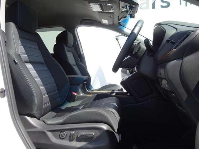 ★ホールド性のいいフロントシート!長時間ドライブでも疲れにくいですよ!シートヒーターも付いています!運転席の位置調節は電動式!★