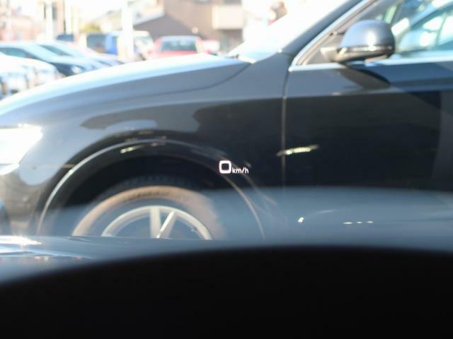 ●ヘッドアップディスプレイ『各種アシスト機能やナビゲーションの指示、警告などのドライバーに関する情報を、運転中のドライバーの視界に収まるようフロントガラスに直接投影します。投影位置の高さは調整可能。』