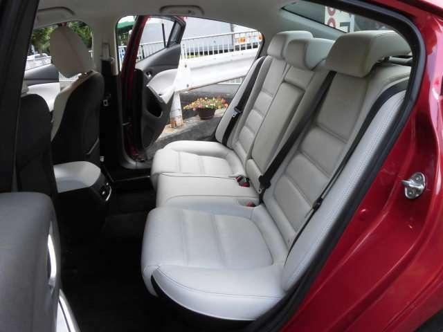 とても美しいホワイトカラーの本革リヤシートです^^お子様や、お年寄りや、お客様も大満足ですね^^タイヤは4本新品に交換して納車致します^^