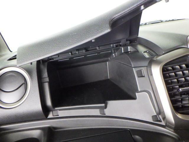 助手席周辺に 多くの収納があります。スッキリ車内で ドライブをお楽しみください♪