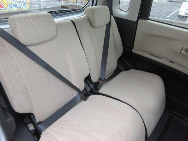 ☆後席リアシートだってこんなに綺麗ですよ!☆車内広々の軽ワゴンですから後席でも足を伸ばしておくつろぎ頂けます。