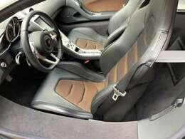 内装は黒系のカラーコーディネートで高級感と落ち着いた大人な印象な内装です。座ってみると分かるシートの質感としっかりとオーナーを包み込んでくれるシートはドライブをより楽しくさせてくれます。
