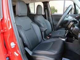 ブラックレザーシートです。フロントシートはシートヒーターが装備されています。