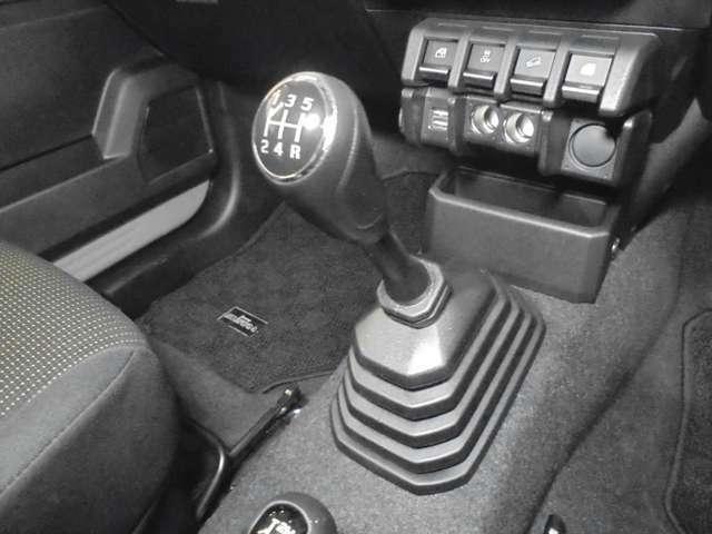 走りの5速マニュアル!!AT車では感じる事の出来ない運転の楽しさや車との一体感!!自分でギヤを選択する事でエンジンの性能を引き出し、加速や減速時にはダイレクトに答えてくれるのがMT車の醍醐味です♪