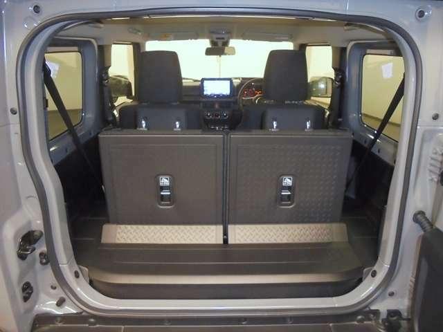 後席シートはセパレートタイプで左右独立して畳むことが出来るので、[人+荷物]などのアレンジが可能です。