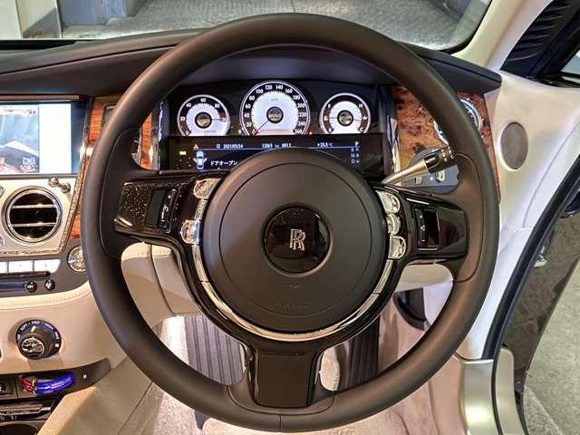 コラム式ドライブセレクターが右側に備わる◎メーター左端「パワーリザーブメーター」はレイスが秘めるパワーを表示!ステアリングは632psの高性能車とは思えない程軽く巨体でありながら取り回しの良さが解る◎