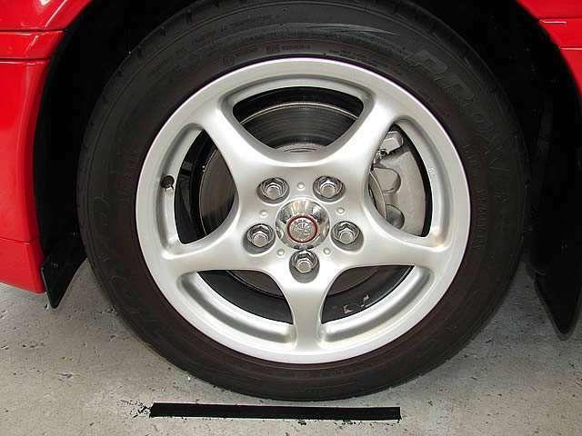 放熱性が考慮されたV型専用のアルミホイール!大変美しく且つ機能的です。セットされるタイヤにはトーヨータイヤT1Rをチョイス。