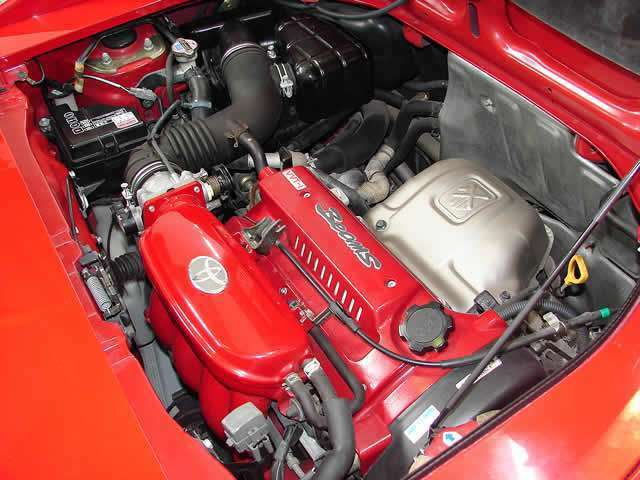 メンテナンスの行き届いたエンジンルーム!VVTiビームスエンジンを搭載しており、カタログスペック200馬力の出力を誇ります。