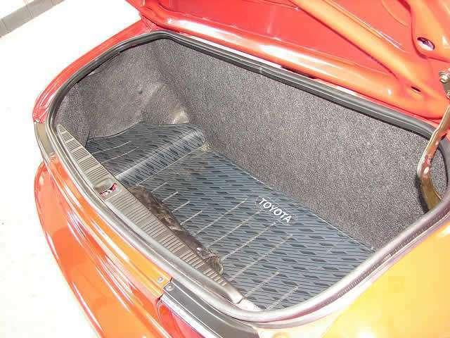 発売当時オプション装備であったトランクマットを装備しております。トランクマットはビニール素材の材質で出来ており、トランク内にある絨毯マットを汚れからガードしてくれます。
