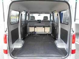 リヤシートを折りたたむとさらに広々とした荷室になります!