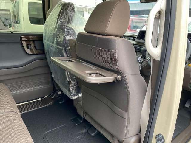 シートバックテーブル☆運転席・助手席の後ろに装備してあり、物を置いたり軽食をしたり使い方は様々でとても便利な装備です♪