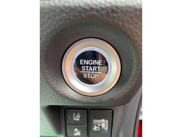 【スマートキー&プッシュスタートシステム】カバンやポケットに入れたままドアの開閉ができ、ワンタッチで楽々エンジンをかけられます♪